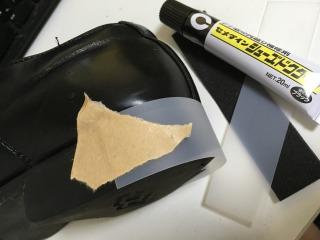 かかとの周りに半透明のプラスチックの板を巻きつけ